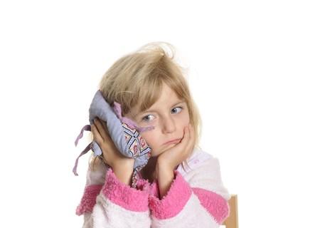 dolor de oido: niña tiene dolor de oído  Foto de archivo