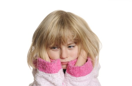 dolor de oido: ni�a tiene dolor de o�do  Foto de archivo