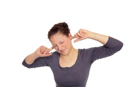 dolor de oido: mujer joven con sus orejas a