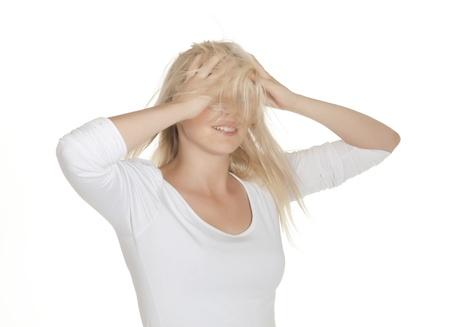 zerzaust: junge Frau mit zerzausten Haaren