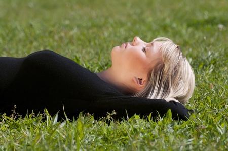 mujer meditando: mujer joven tendido en un prado