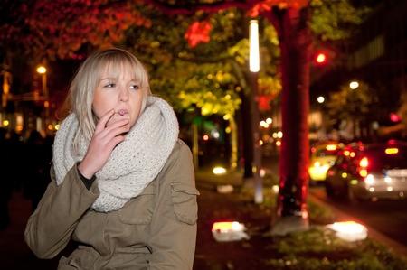 Jeune femme fumant une cigarette Banque d'images - 11281957