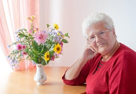 vieux: portrait d'une vieille femme dans le salon