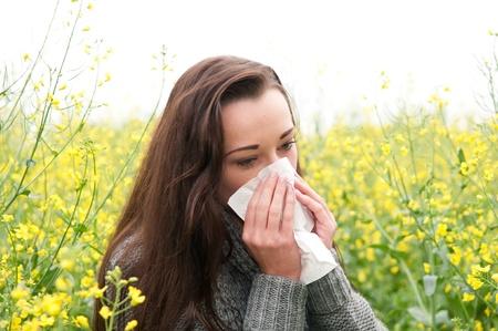 jeune femme dans le domaine de viol a le rhume des foins