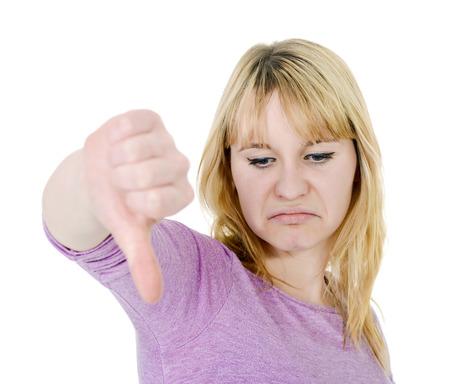 pulgar abajo: mujer muestra el pulgar hacia abajo