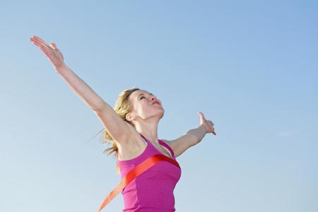 フィニッシュ ラインを横断の女性