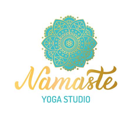 Hand belettering vergulden logo voor yogastudio. Mandala met turquoise elementen. Vector illustratie.