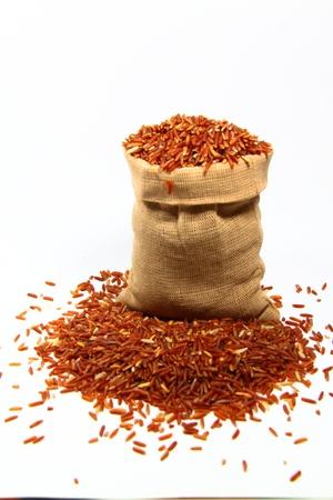 arroz blanco: rojo arroz jazm�n y vaso de precipitados sobre un fondo blanco