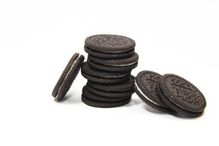 miettes: Biscuits � la cr�me au chocolat isol� sur fond blanc