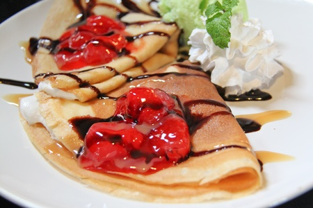 crepas: cerca de dos crepes con fresas y helado Foto de archivo