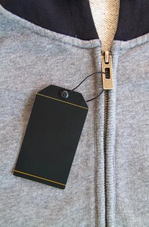etiquetas de ropa: precio negro con cadena en el material Foto de archivo