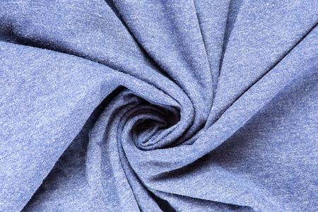 Vue de dessus du tissu bleu torsadé froissé de texture de fond en coton.
