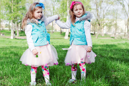 Two little girls in park in the spring Banque d'images