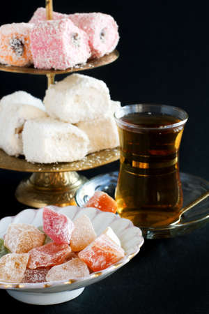 Turkish sweets and Turkish Traditional Tea in glasses Imagens