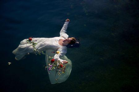 ahogarse: J�venes ahogan la mujer en una representaci�n po�tica