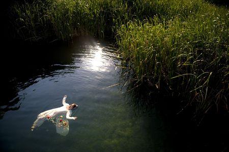drown: J�venes ahogan la mujer en una representaci�n po�tica