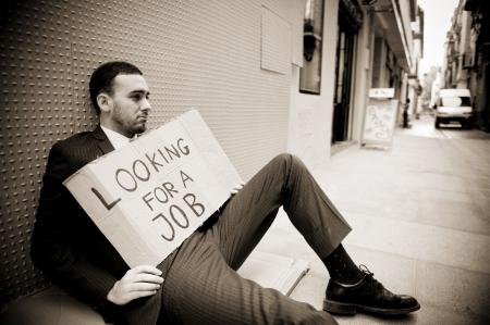 Jonge ondernemer die ondertekenen op zoek naar een baan  Stockfoto