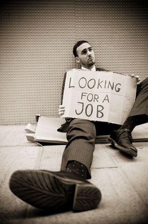 Jonge ondernemer die ondertekenen op zoek naar een baan