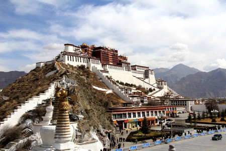 the panoramic of the Potala Palace, with the people republic of China flag inside as well as Potala Palace square, trees and meadow, Tibet Admiralty, golden chimes and Colored prayer 新闻类图片