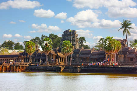 SIEM REAP,CAMBODIA-12 FEBRUARY :2019:Tourist  are visiting the world heritage ANGKOR WAT the biggest construction  about religion hinduims, brahminism 版權商用圖片 - 157555376