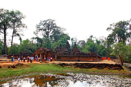 SAEMREAP,CAMBODIA-10 FEBRUARY;2019:Tourist are visiting Banteay Srei Siem Reap Castle, Cambodia is one of the most beautiful and beautiful castles. Construction of pink sandstone Carved into patterns related to Hinduism, Brahminism Редакционное