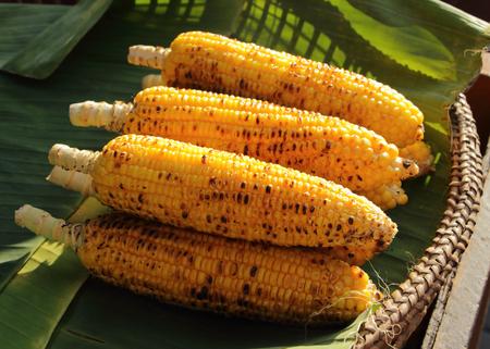 maiz: de ma�z a la parrilla en hoja de pl�tano en la cesta de mimbre
