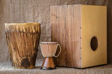 Instrumentos de percusión hamdmade - Djembe y Cajon Foto de archivo - 30819958