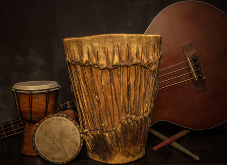 old music instruments -Djembe drums and acoustic bass guitar Standard-Bild