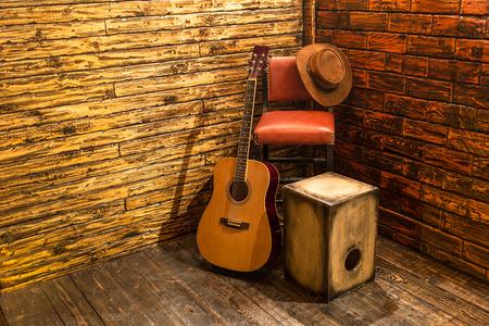 guitarra: Instrumentos musicales en el escenario de madera