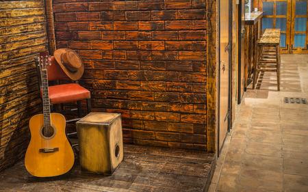 bateria musical: Instrumentos musicales en el escenario de madera en pub