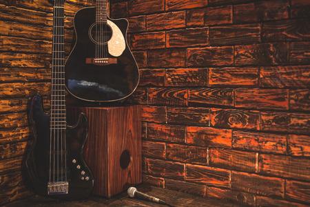 Music instrument on wooden stage in Pub Standard-Bild