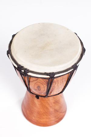 白で隔離された1つのジャンベドラム