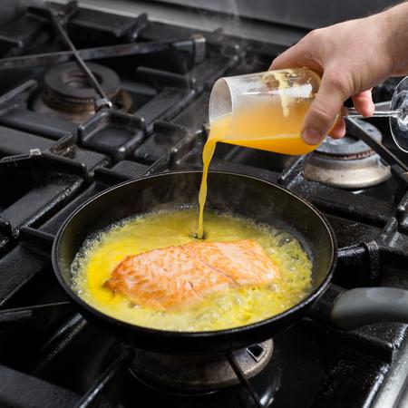 Frying salmon in citrus marinade Standard-Bild