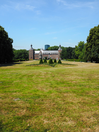 Two main beacons of innovation in Leuven: the Arenberg castle owned by Ku Leuven and the newly buikd tower of Imec, the center of nanotechnology Redactioneel