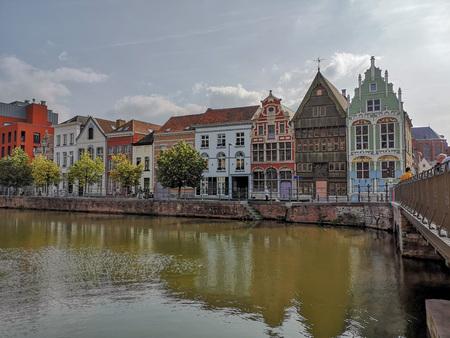 Maisons historiques au Haverwerf dans le centre-ville de Malines, Belgique. Le haverwerf était utilisé pour le commerce de l'avoine. Éditoriale