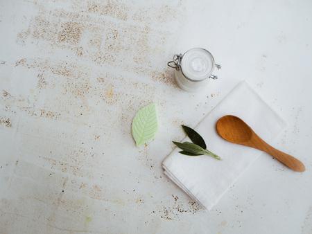 Hausgemachtes DIY veganes Deodorant in einem Glasgefäß mit Zutaten an der Seite nach einem plastikfreien und abfallfreien Lebensstil auf weißem Hintergrund. Standard-Bild