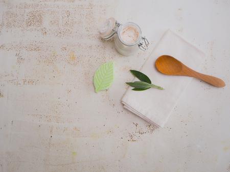 Hausgemachtes DIY veganes Deodorant und Zutaten nach einem plastikfreien und abfallfreien Lebensstil auf weißem Hintergrund