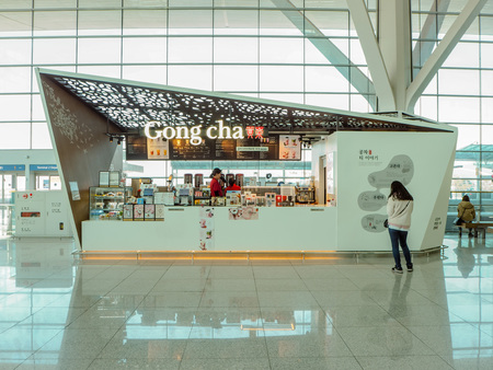 March 2019 - South Korea: Store front of a Taiwanese Gong Cha bubble tea franchise shop at the Incheon International Airport Stock fotó - 127150633
