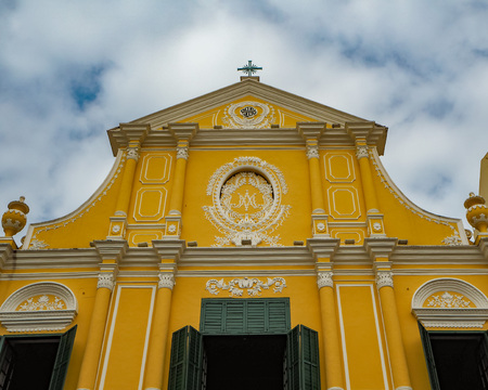 MACAU, CHINA - NOVEMBER 2018: Yellow facade with shutters of the St. Dominic's church with Portuguese and Macanese features in the city center Stock fotó - 127150662