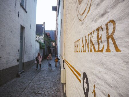 October 2018 - Mechelen, Belgium: Narrow alley leading to the old original entrance of the brewery Het Anker in the beguinage in the old town Stock fotó - 127151263