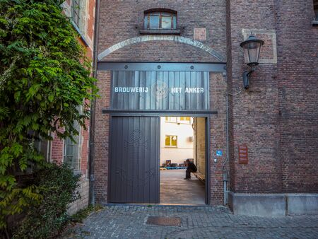 October 2018 - Mechelen, Belgium: Entrance with large wooden gate to the berwery Het Anker in the beguinage in the city center Stock fotó - 127151265