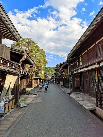 El centro de la antigua ciudad de montaña tradicional japonesa Takayama en la prefectura de Gifu con auténticos edificios de madera