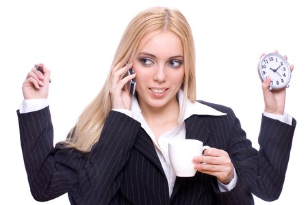 productividad: joven mujer de negocios con la taza de t�, el reloj, la pluma y el m�vil sobre un fondo blanco