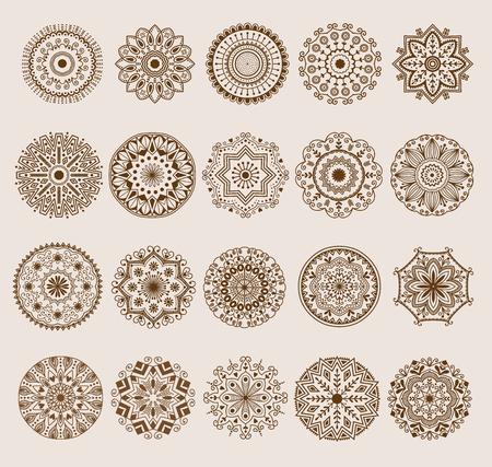 Pagina di coloritura di doodle disegnato a mano dei fiori del modello della mandala dell'hennè e di Paisley. Progettazione indiana floreale dell'ornamento etnico della decorazione del fiore del modello decorativo della mandala del hennè Archivio Fotografico - 96277988