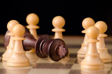Final de una tiran�a simbolized con piezas de ajedrez