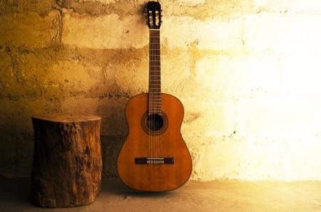 アコースティック ギターと copyspace の切り株