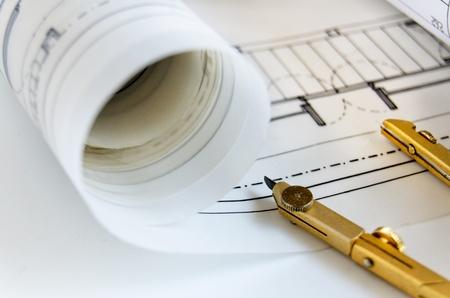 Comp�s de dibujo y rollos de planos