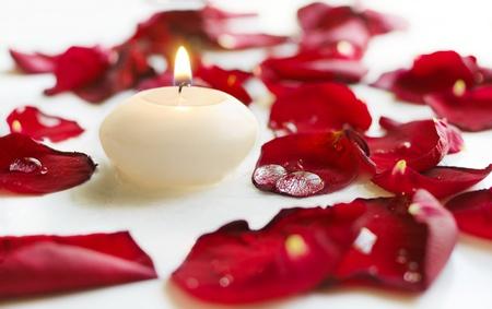 Gotas sobre p�talos de rosa y velas
