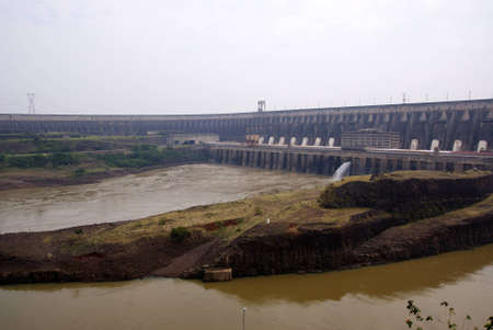 Itaipu barrage, la rivi�re Parana, Br�sil, Paraguay