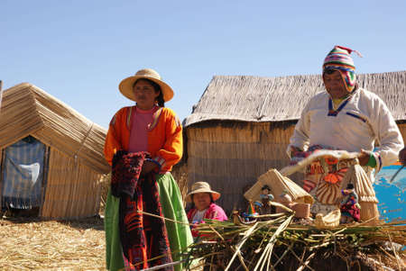 isla flotante: Uros, la isla flotante en el Lago Titicaca en el Per�